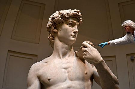 2016年2月29日,義大利佛羅倫斯,一位來自佛羅倫斯之友協會的義大利修復者正在清潔米開朗基羅的大衛像。大衛像是世界上最為著名的雕像。 (ALBERTO PIZZOLI/AFP)