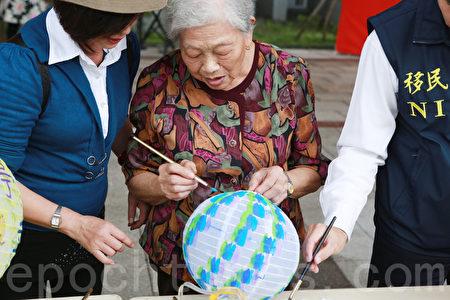 东城社区91岁林阿合现场彩绘灯笼。(曾汉东/大纪元)
