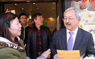 伟恒贸易公司老板王宝宝(左)向旧金山市长李孟贤递交请愿书,希望给受影响的商家补偿。(李霖昭/大纪元)