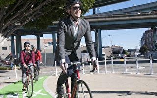 自行車聯盟成員在體驗改造後的路口。(周鳳臨/大紀元)
