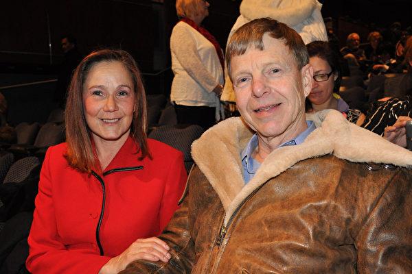 曾在美国空军部门任职督查长的Rainer Stachowitz先生和太太一致表示赞赏神韵表现的传统文化艺术(乐原/大纪元)