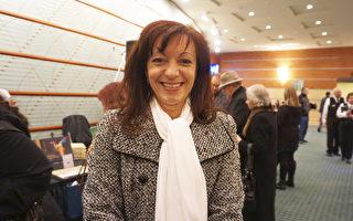 2016年12月22日晚,廚技教師Paula Dudzinski 观赏了在辛辛那提市阿羅諾夫藝術中心的首場神韵演出。(唐明鏡/大紀元)