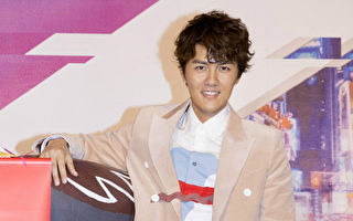 歌手吴克群今(23)日举办《人生超幽默》发片记者会,却意外吐露心声。(华纳提供)
