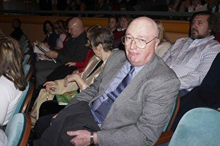 2016年12月23日晚,媒体制作顾问Lex Hannan欣赏了在辛辛那提市阿罗诺夫艺术中心的第二场神韵演出。他赞叹神韵舞台制作手法高明。(唐明镜/大纪元)