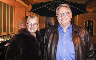 Myers夫妇观赏了24日下午神韵在底特律的演出(滕冬育/大纪元)