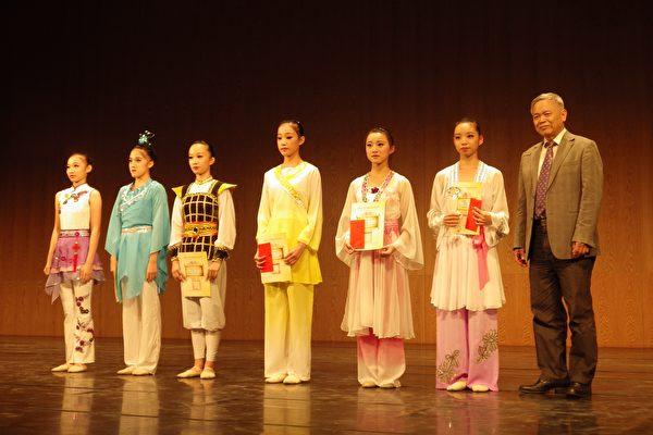 青年女子組得獎者與雲林縣傳統教育基金會理事長張清溪合影。(廖素貞/大紀元)