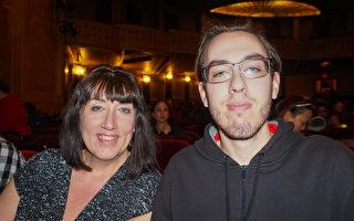高中辅导老师Ann Merkel和将要去北密西根大学学习绘画的儿子Ian Deguise于2016年12月26日晚在底特律歌剧院观看神韵世界艺术团的第6场演出。(林朴/大纪元)