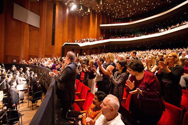 2016年12月26日,神韵国际艺术团在美国德州休斯顿的两场演出大爆满。图为晚场演出剧院爆满、演出结束后观众集体起立鼓掌的盛况。(戴兵/大纪元)