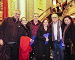 華裔房地產經紀人Diane Dai(右)和先生Robert Malcolm(左三)陪同全家及朋友一行8人於2016年12月27日晚,到底特律歌劇院觀看神韻世界藝術團的演出。(林惜緣/大紀元)