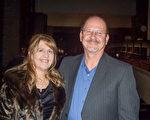 管乐手、电脑技师Jim Graves和太太Michelle观看了12月28日晚神韵纽约艺术团在加州弗雷斯诺的第二场演出。(周容/大纪元)