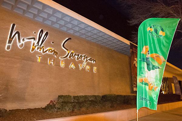 12月28日晚,神韵纽约艺术团2017年巡演在加州弗雷斯诺市(Fresno)的第二场演出盛大举行,并连续第二天创造全场爆满、不得不加坐的票房记录。观众无不被蔚为大观的中华神传文化所折服、被美不胜收的神韵舞台所陶醉。(周容/大纪元)