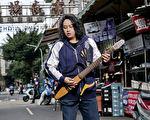 赖铭伟睽违9年发行首张个人专辑《心内话》,以台语歌手再出发。(星耀艺能提供)