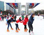 最近韩国首尔市为了丰富市民的冬季都市生活在奥林匹克公园、汝矣岛公园、汉江纛岛游园区等地设立了户外滑冰场和滑雪场。运营时间为上午10:00~21:30,一直运营到2月中旬。图为奥林匹克公园。(全景林/大纪元)