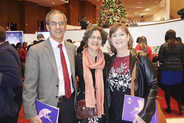 Adil Raymon先生和夫人Salmeen(中),及友人Leslie Doran一同欣賞了2016年12月30日下午休斯頓的神韻演出。他們稱從神韻中可領悟到高層精神內涵。(余欣然/大紀元)