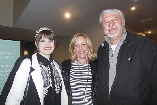 畢業於名校的服裝設計師Emily Prozinski和父母觀看了神韻北美藝術團在北卡的首場演出。(李辰/大紀元)