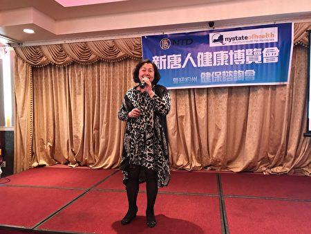 第一保健副总裁吴烨琪女士演讲。(图|邹凤/大纪元)