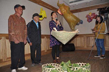 工藝師林淑玲現場解說,部落技藝要傳承,特別是六角編創新圖紋立體作品,訴說著海岸部落老人的精彩故事。(詹亦菱/大紀元)