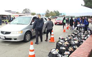 12月23日,艾爾蒙地市警局在山景高中(Mountain View High School)舉行聖誕節發放禮物袋活動。(薛文/大紀元)