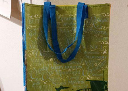 加州禁用塑料袋法律11月8日大選後即刻生效,大多數店家已經不再提供一次性塑料袋,民眾需要習慣自備購物袋。(大紀元)