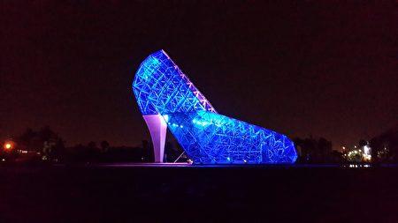图为布袋高跟鞋教堂点灯夜景。(云管处提供)