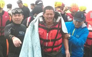 台灣漁船「金瑞益88號」擱淺於石門,經海 巡警消搶救,順利救起大陸船員林謀福。(海巡提供)