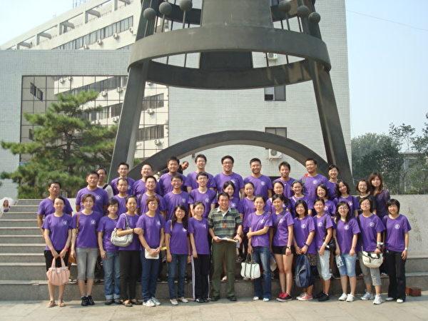 姚遠鷹讀博士研究生期間,在北師大校園裡與老師同學合影。(姚遠鷹提供)