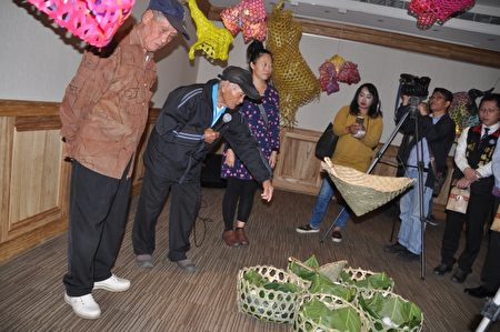 港口部落耆老解說「Cinaw裝鹽巴的籃子」,與耆老工藝相輝映,將海洋浪濤的聲光置入展區,訴說著海岸部落老人家說也說不完的精彩故事。(詹亦菱/大紀元)