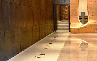 """位于公益路商圈的""""叙美""""大厅艺术性极高。左边有条面积较小的磨石子地板,石子原料取自大厅大理石损料磨成约2分大小,加上抿石泥而成。其上并采用了黄铜、不锈钢图案设计,困难度大增。(龚安妮提供)"""