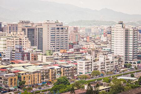 台北市住宅平均屋齡高達32.28年,從2011年第一季起計算,北市平均屋齡5年半增長了4.57年,老化速度居六都之冠。(陳柏州/大紀元)