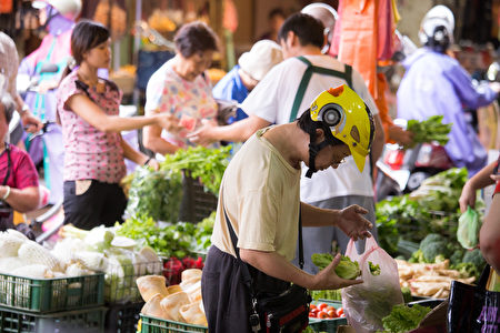 11月消費者物價指數(CPI),較去年同月漲1.97%,以食物類漲6.42%居冠,其中,蔬菜年增37.53%幅度最高。(陳柏州/大紀元)