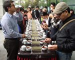 """""""日月潭红茶前进咖啡馆""""品茶会现场,以正式的红茶评鉴冲泡方式,呈现优质红茶的茶汤、茶色及滋味,让咖啡馆业者和年轻消费者一一品茗。(黄淑贞/大纪元)"""