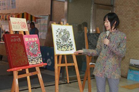 梁曉勤版畫家講述畫中公雞的蹄鳴帶來富裕及希望。(郭千華/大紀元)