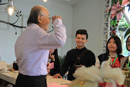 林枝漫(左)跟遊客說金棗的故事。(謝月琴/大紀元)