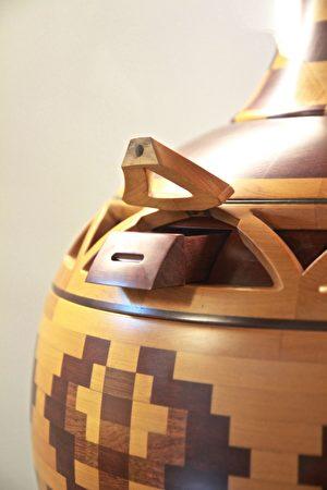 精瓶美作品以木模工精准工法,集创意美学实用,展现工艺之美。 (许享富 /大纪元)