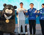 2016台北马拉松18日清晨在台北市政府前市民广场举行,台北市长柯文哲(右2)与旅美棒球好手陈伟殷(左2)一同为参赛者加油。(台北市政府提供)