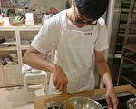 小瑋參加生活自理課程,學習烹飪班技巧。(新竹市府提供)