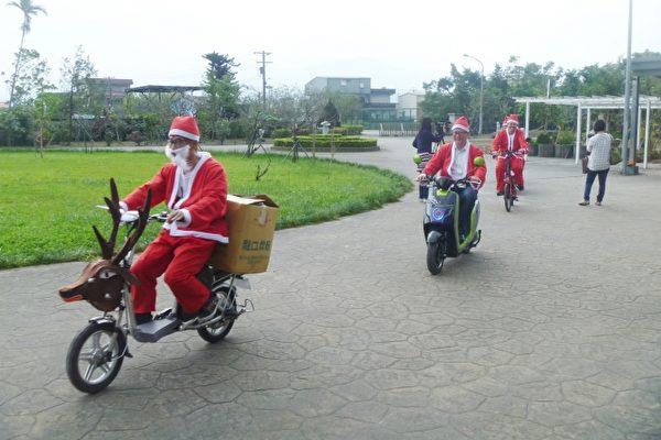罗东镇民代表许俊仁(左一)扮成耶诞老公公,骑乘麋鹿造型电动车,到幸夫爱儿园送耶诞礼物。(镇民代表许俊仁提供)