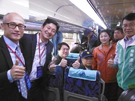 基隆市长林右昌(左3)、立委蔡适应(左2)及海科馆长吴俊仁(左1)从瑞芳火车站搭乘首航列车到八斗子站。(陈秀媛/大纪元)