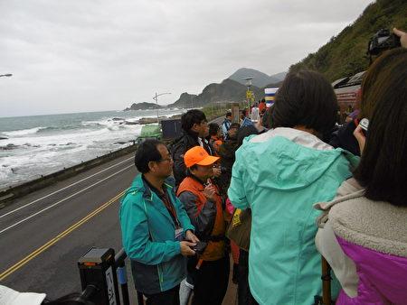 台铁八斗子站正式启用,虽然飘着细雨,仍吸引许多民众到场见证这历史性的一刻。(陈秀媛/大纪元)