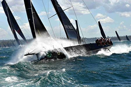 2016年12月26日,第72屆悉尼-霍巴特帆船賽開鑼。80餘隻帆船角逐從起點悉尼港至霍巴特憲法碼頭(Constitution Dock)的賽事。 (PETER PARKS/AFP/Getty Images)