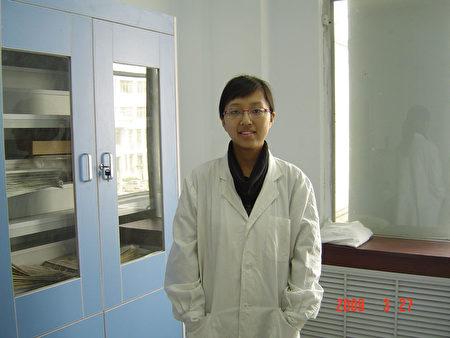 姚遠鷹在研士研究生的實驗室內。(姚遠鷹提供)