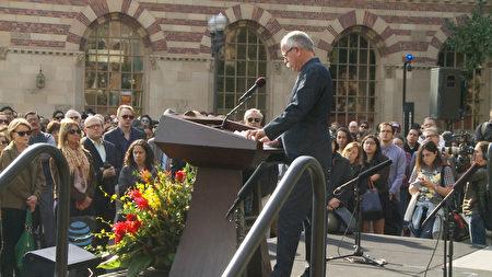 12月5日,洛杉矶南加大教职人员与学生在校园内集会哀悼曾晓峰教授。(杨阳/大纪元)