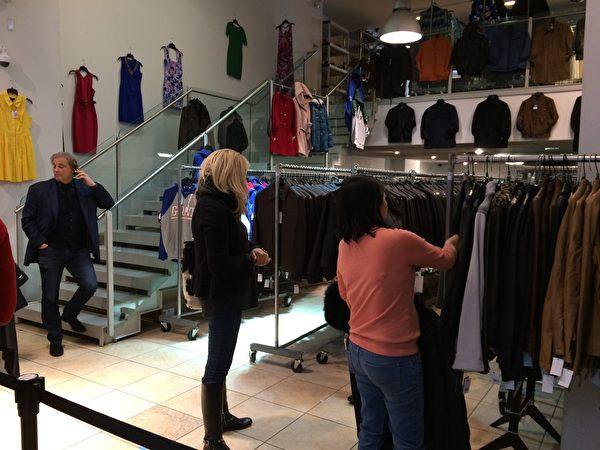 顧客選購服裝。(大紀元)