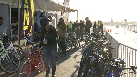 巡展提供的免费试骑电动自行车。(杨阳/大纪元)
