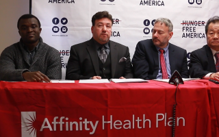 親情健保(Affinity)助理副總裁Victor Pupo(左二)、飢餓聯盟負責人Joel Berg(右二)。 (陳曉天/大紀元)