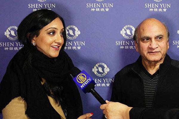 来自印度的Mehta父女俩,一起观看了美国神韵世界艺术团在美国底特律的底特律歌剧院的第三场演出。(新唐人电视台截图)