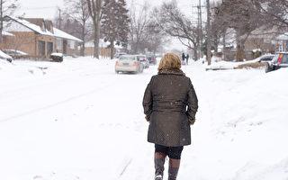 多倫多代理健康衛生官員發出極寒天氣警報。今天氣溫預計在-4℃到-11℃之間,但感覺像-20℃。圖爲多倫多的一個行人在雪地上行走(Photo by Roberto Machado Noa/LightRocket via Getty Images)