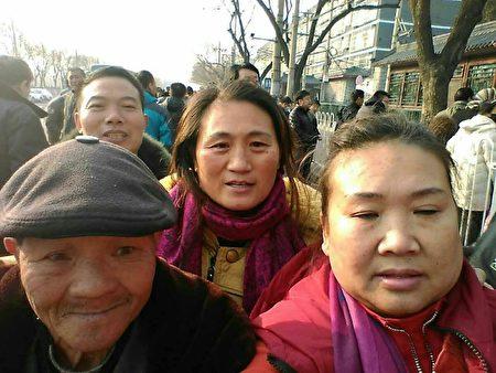 自11月28日开始,连续三天,来自大陆29个省的上万名被清退的民办与代课教师进京上访。(访民提供)