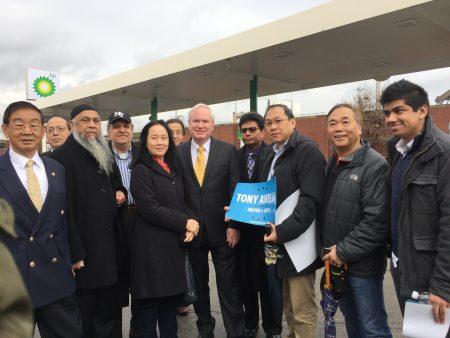 包括华人在内地亚裔支持者到场支持艾维乐参选纽约市市长。