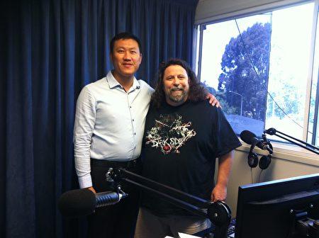 广播电台1 WAY FM的主持人布罗斯南(Mark Brosnan)于11月22日下午专门邀请法轮功学员德明到其位于首都堪培拉的录音棚进行现场采访并直播,图为节目正在录制中。(本人提供)